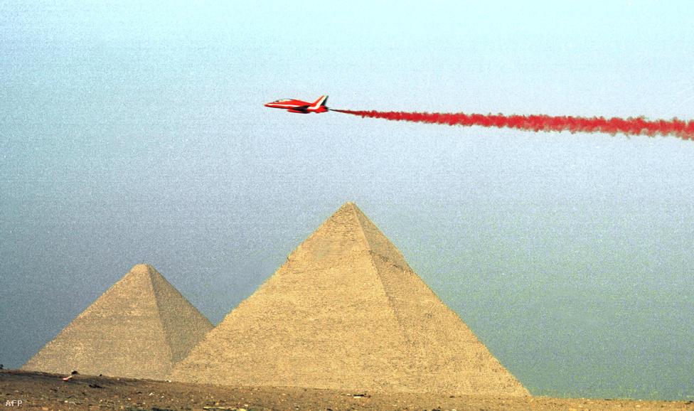 Bár számos tudományos elmélet született már arra, hogyan tudták felhúzni a piramisokat az egyiptomiak, a mindig gyanakvó konteósok szerint nem is ők, hanem az elsüllyedt város, Atlantisz népe volt az építő, méghozzá több ezer évvel korábban, de a konteópápa Erich von Däniken például a földönkívülieknek tulajdonítja az ókori világ egyik csodáját.  Mindkét forgatókönyv szerint Kheopsz fáraó később csak kisajátította a már régóta ott álló gízai nagy piramist, amely később a sírhelyéül szolgált.                         A régészek nem győzik cáfolni az ilyen alternatív teóriákat, mondván, hogy bizonyítékok tucatjai támasztják alá az elfogadott magyarázatot, de ez semmit nem jelent, hiszen ha már összeesküvés, akkor az a minimum, hogy a régészek is benne vannak. Éles szemű olvasóink a fenti kép láttán újra chemtrailt kiálthatnának, de itt csak a brit királyi légierő parádéja vonja el a figyelmet a még sokkal rejtélyesebb titokról.