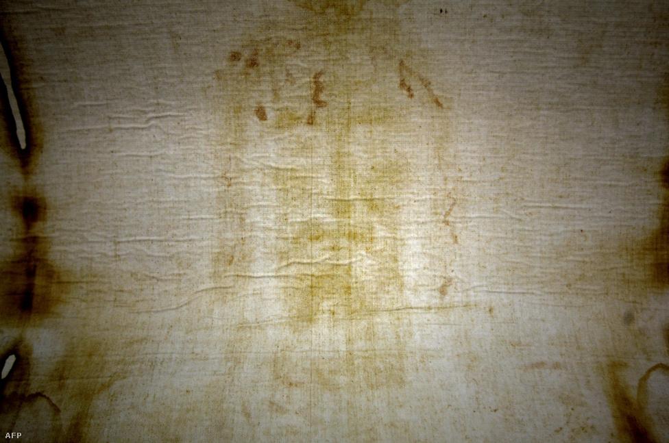 A torinói lepel – a Szent Grál mellett – alighanem minden idők egyik legvitatottabb ereklyéje. Ami biztos, hogy egy súlyosan sérült, valószínűleg keresztre feszített testet takartak le vele nagyon régen. 1898-ban, egy fénykép negatívján vették először észre a vásznon kirajzolódó arcot, azóta pedig sokan Jézus leplével azonosítják, amelybe a kereszthalál után tekerték a testét. Az utóbbi évtizedekben megszámlálhatatlan vizsgálatnak vetették alá, például 1988-ban radiokarbonos kormeghatározással megállapították, hogy jóval Jézus után, valamikor a középkorban keletkezett. Ezt az eredményt azonban még tudósok is sokan vitatják, nem is beszélve a konteóközösségről, és a lepel keletkezésének módja máig nem tisztázott.                         A legelterjedtebb alternatív elmélet szerint a leplen található nyomok azt bizonyítják, hogy Jézus túlélte a keresztre feszítést, és a gyógyulást segítő kenőcsökkel bekent testét takarták le a vászonnal – innentől viszont ne lőjük el Dan Brown következő regényének témáját. A képen szereplő másolat mindenesetre 2010es. De ki tudja, vajon az eredeti mikor keletkezett?