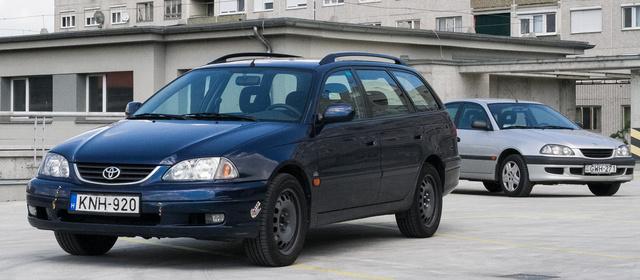 Csak összehasonlításhoz: a háttérben a 2000 előtti arc, előtérben a facelift utáni