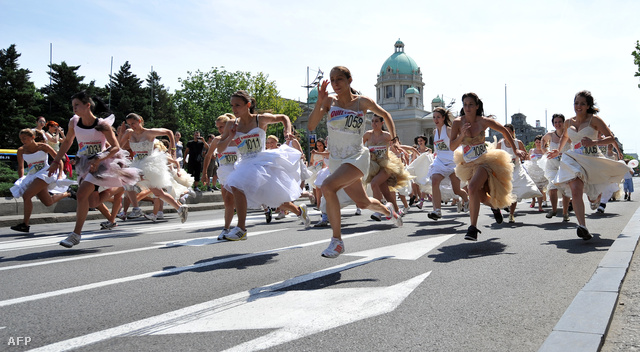 A szerb menyasszonyi futóversenyen csak helyezésre ment a dolog, a ruhát vinni kellett