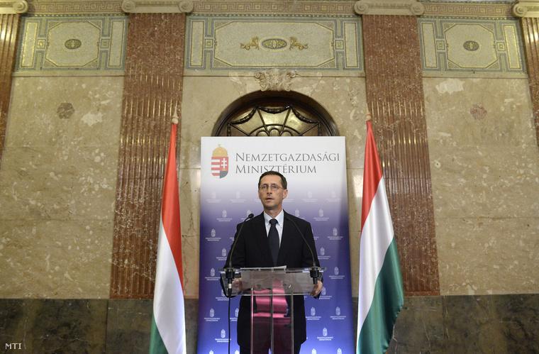 Varga Mihály nemzetgazdasági miniszter sajtótájékoztatót tart a kormányülés szünetében Budapesten a Nemzetgazdasági Minisztériumban 2014. július 30-án.