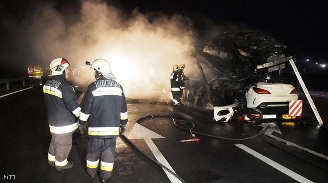 A decemberi kamiontűz a Mercedes gyár közelében történt. A teljes szállítmány és a tréler is megsemmisült. A kár elérhette a százmillió forintot