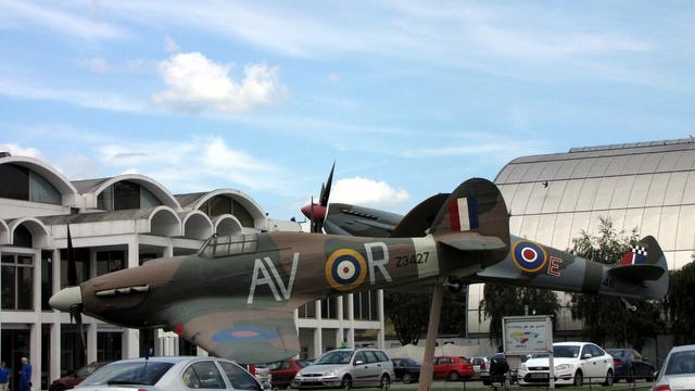 A bejáratnál egy Hurricane és egy Spitfire replika jelzi, nem tévedtünk el, ez tényleg a Királyi Légierő múzeuma