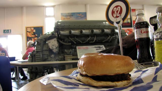 A hamburger csak képen mutatott jól. A rendelésre várók kis RAF-felségjelzéseket kapnak, míg megkapják az ételüket