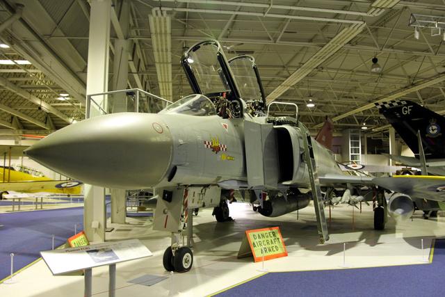 Az McDonnel Douglas F-4M FGR.2 típus 1969 májusában állt szolgálatba a Royal Air Force-nál. ezeknek a gépeknek nem volt fedélzeti gépágyúja - volt idő, amikor úgy gondolták, rakétákkal mindent meg lehet oldani. De kiderült, sok esetben szükség lehet a hagyományos gépágyúkra, ezért kifejlesztettek egy Vulcan gépágyút tartalmazó, a Phantomra kívülről függeszthető konténert, ez látható a gép hasa alatt