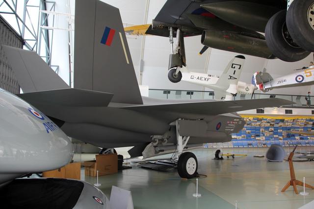 Csak egy életnagyságú modell, de így is érdekes látni az F-35-öt, ami, ha egyszer valóban szolgálatba állítják, sok országban, így a Királyi légierőnél is fontos szerepet fog betölteni. Egyes változatai képesek kis távolságon fel-, illetve egyhelyben leszállni, így a Harrierek feladatait is átvehetik