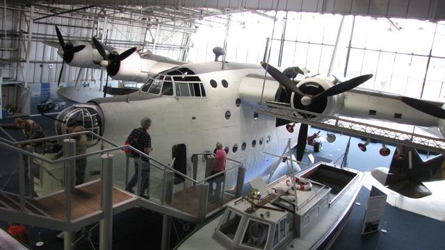 A Short Sunderland cirkáló-bombázót 9-11 fős személyzet üzemeltette. 26 méter hosszú törzse hajószerűen úszott a vízen, teljes magassága 10 méter, szárny fesztávolsága 34,4 méter. Impozáns darab, ráadásul a kiállított gép törzsébe be is lehet menni