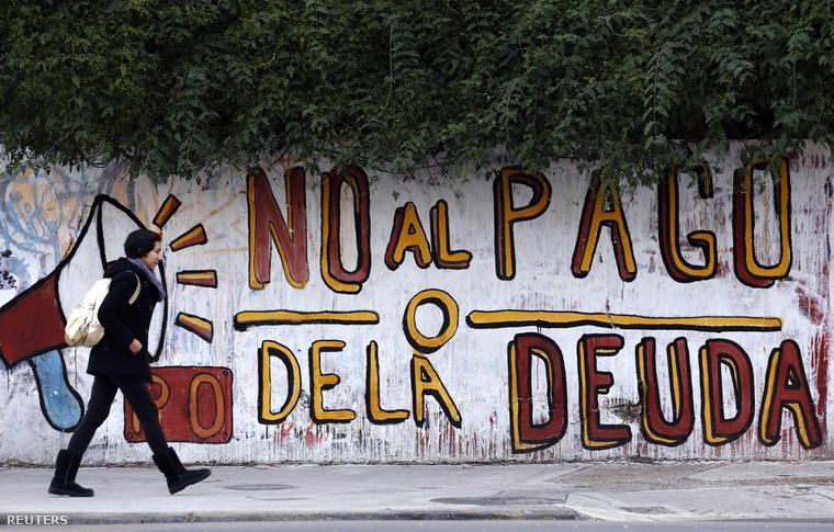 Az államadósság eltörlését szorgalmazó graffiti Buenos Aires egyik utcáján