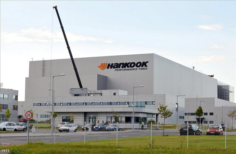 A Hankook gumigyár Dunaújváros határában.
