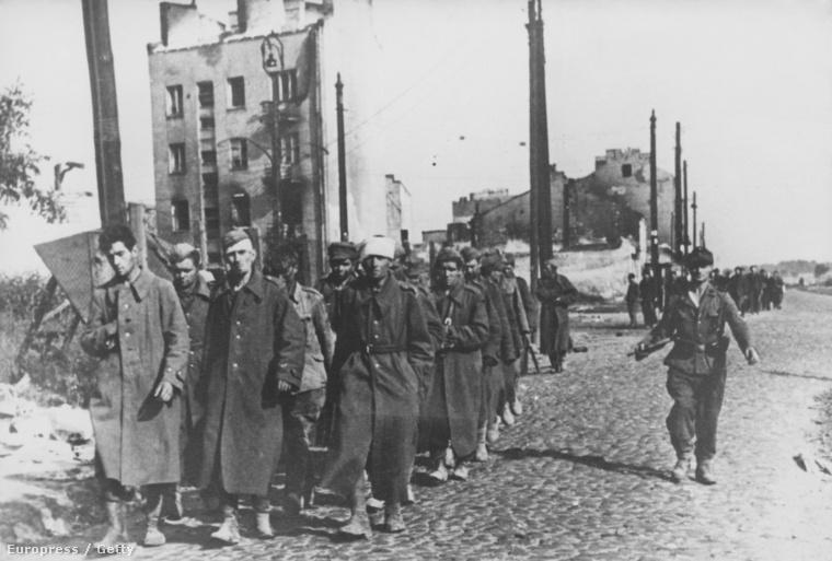 Lengyel felkelőket vezetnek el német katonák