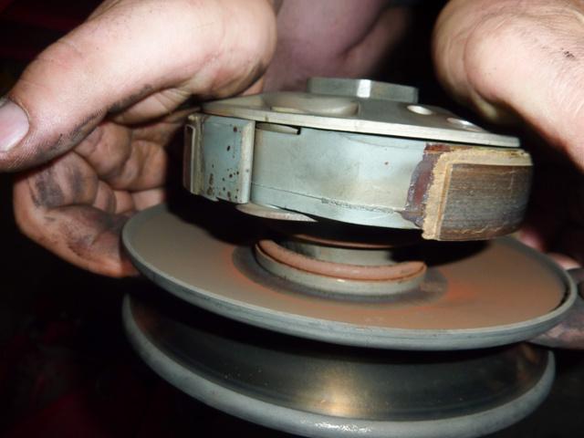 A centrifugálkuplung és a két kúpos tárcsa közt találjuk a kontrasztrugót. Ez feszíti hátra a kuplung külső tárcsáját a hátsó felé. Alapállapotban itt a külső átmérőn fut a szíj, majd amikor elöl dolgozni kezd a variátor, megfeszül a szíj és fokozatosan legyőzi a rugó erejét és lemegy a kisebb átmérő felé, a kuplung forgástengelye irányába