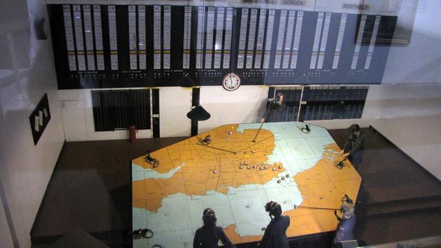 Így nézett ki egy Operations Room. Ezekben az irányító helyiségekben gyűjtöttek be minden információt a közeledő ellenséges gépekről, a saját repülők pozícióiról, és innen irányították a műveleteket