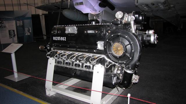 Daimler-Benz DB 605 típusú, fejjel lefelé álló V-12-es motor. Ilyet használtak a Messerschmitt Bf-109 és Bf-110 gépekben. A 35700 köbcentis, mechanikus befecskendezős, mechanikus feltöltős motor akár 1800 lóerős teljesítményre is képes volt