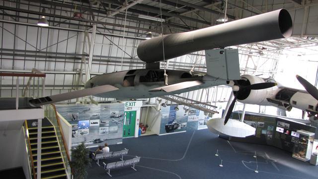 A világ első cirkálórakétája volt a V-1. Az angolok Szárnyas bombának is nevezték. Lüktető sugárhajtóművével közel 600 km/órás sebességet tudott elérni, 300 kilométernél is távolabbi célokat is el lehetett vele érni. 850 kilónyi robbanóanyagot tudott eljuttatni a célba, de a kezdetleges robotpilóta-rendszernek köszönhetően nem valami pontosan