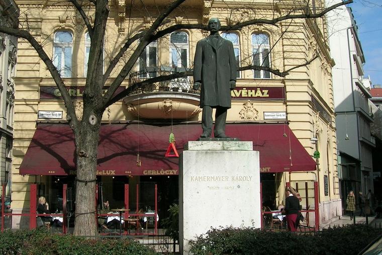 Kammermayer Károly szobra a róla elnevezett téren