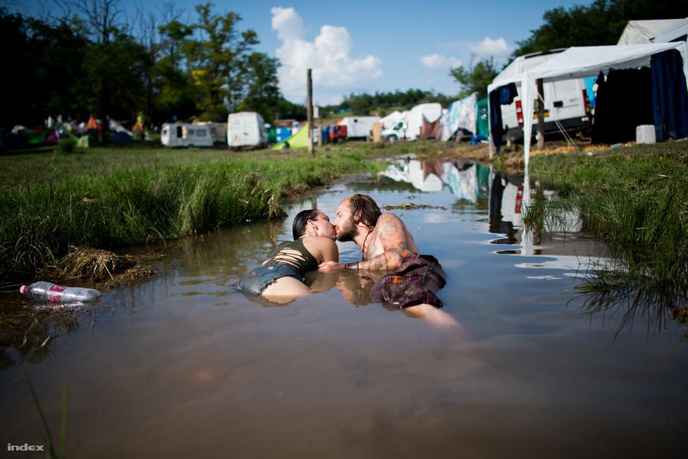 Az ozorai völgyben nem voltak műanyag vécék: a mobil mellékhelységek helyett ugyanis környezetbarát vécéket telepítettek. A nem vízöblítéses helyiségeket a fesztivál alatt nem kell teherautókkal üríteni, és azt állítják, hogy a salakanyagot a földeken lehet majd használni műtrágya helyett.