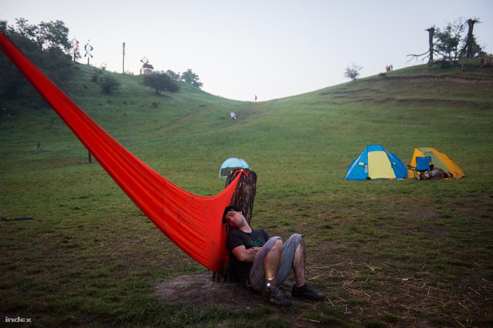 Az ozorai völgyben 100 hektáron lehet kempingezni, mindenki felépítheti a saját táborát.