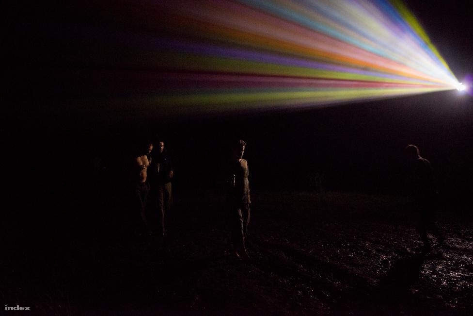 A fesztivál nagy hangsúlyt fektet a látványra: estéről estére épül fel a pszichedelikus világ.