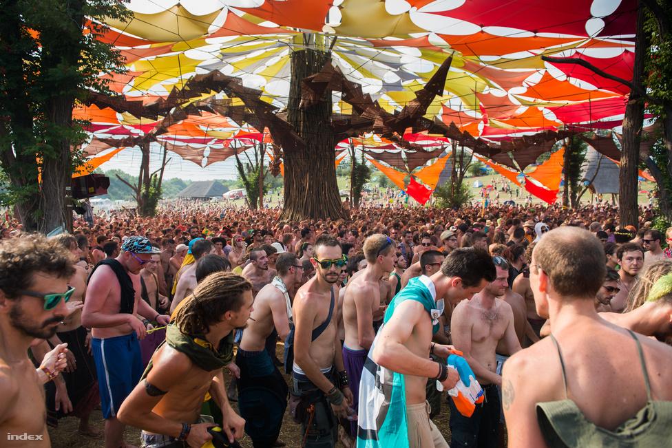 Akárcsak a SUN fesztivál, O.Z.O.R.A. is az átlagos fesztiválokhoz képest fordított időbeosztással működik: azaz már reggel kezdődnek a bulik, és a legnagyobb tömeg napközben táncol a nagyszínpad körül.