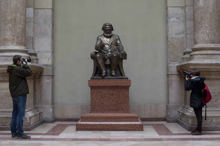 Karl Marx szobrát fotózzák a Budapesti Corvinus Egyetem aulájában 2014. január 20-án.