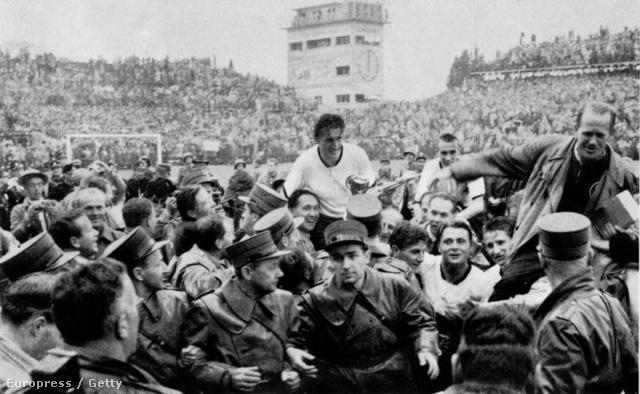 Fritz Walter a szurkolók vállán a 3-2-re megnyert világbajnoki döntőben, Bernben, a Wankdorf Stadionban.