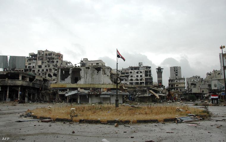 Szíriai zászló Homsz egyik lebombázott városrészén.
