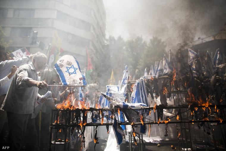 Izraeli zászlókat égetnek egy palesztin-párti tüntetésen, Iránban