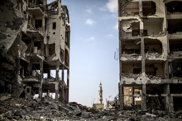 Lebombázott épületek a gázai övezetben