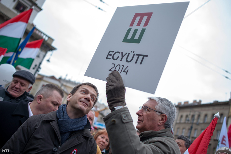 Bajnai Gordon volt miniszterelnök az Együtt 2014-Párbeszéd Magyarországért Választási Szövetség vezetője (b) és Falus Ferenc volt országos tisztifőorvos (j) az Egymillióan a magyar sajtószabadságért ismertebb nevén a Milla demonstrációján a budapesti Kálvin téren 2013. március 17-én.