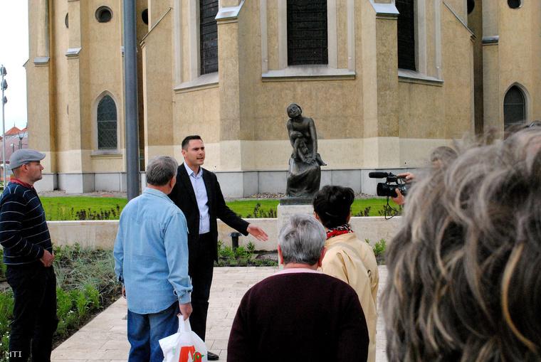 Trippon Norbert Újpest akkori alpolgármestere beszél Kocsis András szobrászművész 1937-ben készített Fájdalmas anya című restaurált szobránál 2010. június 3-án.