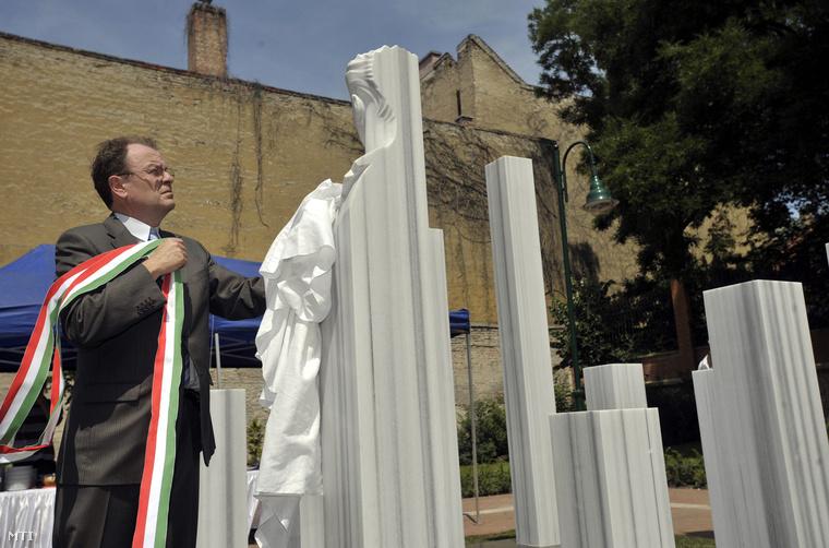 Gegessy Ferenc Ferencváros akkori polgármestere felavatja az 1956-os forradalom és szabadságharc mártírja, Angyal István és a Tűzoltó utcai ellenállók emlékét idéző műegyüttest, az Angyalvár című alkotást 2009. június 9-én.