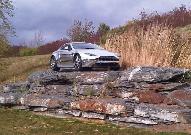 Valahol a gyár területén belül egy krómozott Aston is ki van állítva  - forrás: Google Panoramio: Dave Lauberts