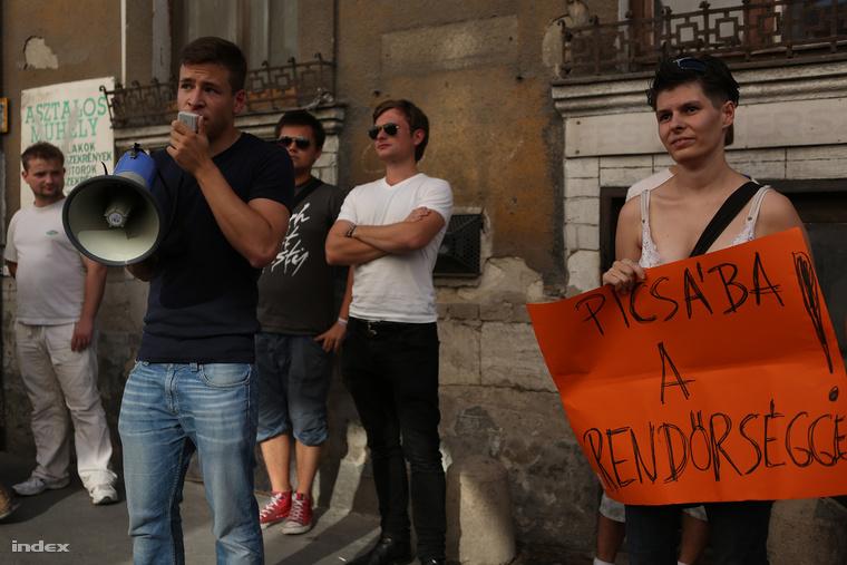 Körülbelül százan gyűltek össze vasárnap délután fél ötkor a Harminckettesek terén, hogy a homofóbia ellen tüntessenek a Társaság Egy Tudatos Társadalomért (TETT) nevű civil szervezet felhívására. (2013. augusztus)