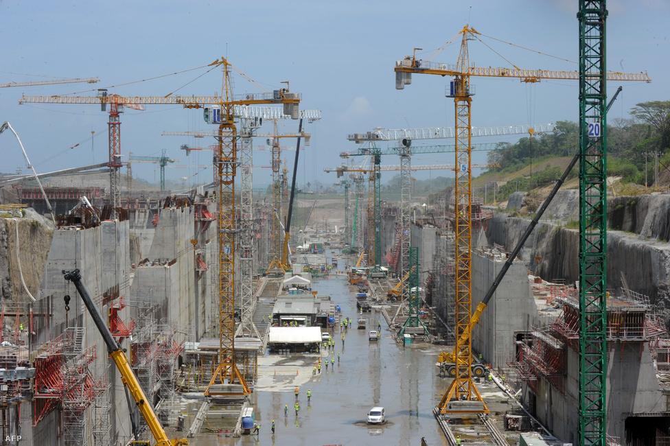 Épülnek az új zsilipek, a bővítés után már a New Panamax hajóosztályba tartozó óriási konténerszállítók is beférnek majd a csatornába. A tervek szerint 2015-ben adják át az új zsiliprendszert, amin 120 ezer tonnás teherbírású hajók is közlekedhetnek.
