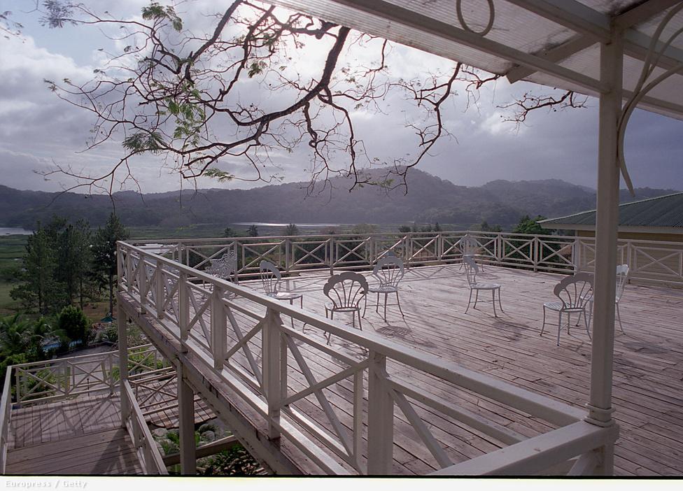 Csodálatos kilátás a Gatun-tóra a Gamboa Rainforest hotel egyik teraszáról. Panama gazdasága jelentős részben függ a csatornától, nem csak az azon áthaladó áruforgalom miatt, de turisztikai célpontként sem túl nehéz eladni. Az ország amúgy az egyetlen olyan volt Latin-Amerikában, ahol a gazdasági növekedés a 2008-as gazdasági válság ellenére sem állt le.
