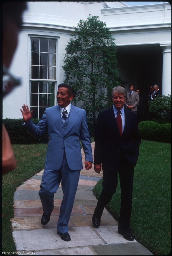 Jimmy Carter amerikai elnök a Fehér ház udvarán 1977. szeptember hetedikén azt követően, hogy aláírta a Panama-csatorna Övezet létét szabályozó egyezményt. 13 évnyi tárgyalást követően a megállapodás szerint az amerikaiak 1999 utolsó napján teljesen kivonulnak a területről, és a csatorna fennhatósága és üzemeltetése Panama kezébe kerül, az addig fennmaradó 22 évben pedig az amerikaiak és a panamaiak közösen kezelik a csatorna ügyeit.