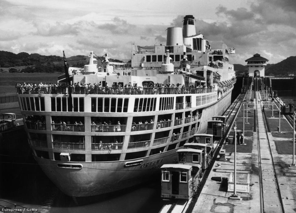 Az Oriana nevű szemályszállító hajó Southampton kikötőjében 1961-ben azt követően, hogy visszatért az első útjáról, aminek része volt, hogy átzsilipelték a Panama-csatornán. Pillanatnyilag a Panamax osztályú hajók azok, amik méreteiknél fogva még beférnek a csatorna zsiliprendszerére. A Panamax 289,56 méter hosszú, 32,6 méter széles, 12 méteres maximális merülésű hajókat, jelent. Már dolgoznak a zsiliprendszer továbbfejlesztésén, ez 366 méter hosszú, 49 méter széles és 15 méteres merülésű hajókat is tudna kezelni. Még ez sem lesz elég mindenkinek, már most vannak olyan szállítóhajók, amik túl szélesek. A legnagyobb személyszállító hajók, az Oasis of the Seas és az Allure of the Seas ugyan már beférnének az új határok közé, de túl magasak ahhoz, hogy elférjenek a Bridge of the Americas nevű híd alatt. Ott ugyanis még a legnagyobb apálykor is mindössze 61 méteres hajók úszhatnak át.