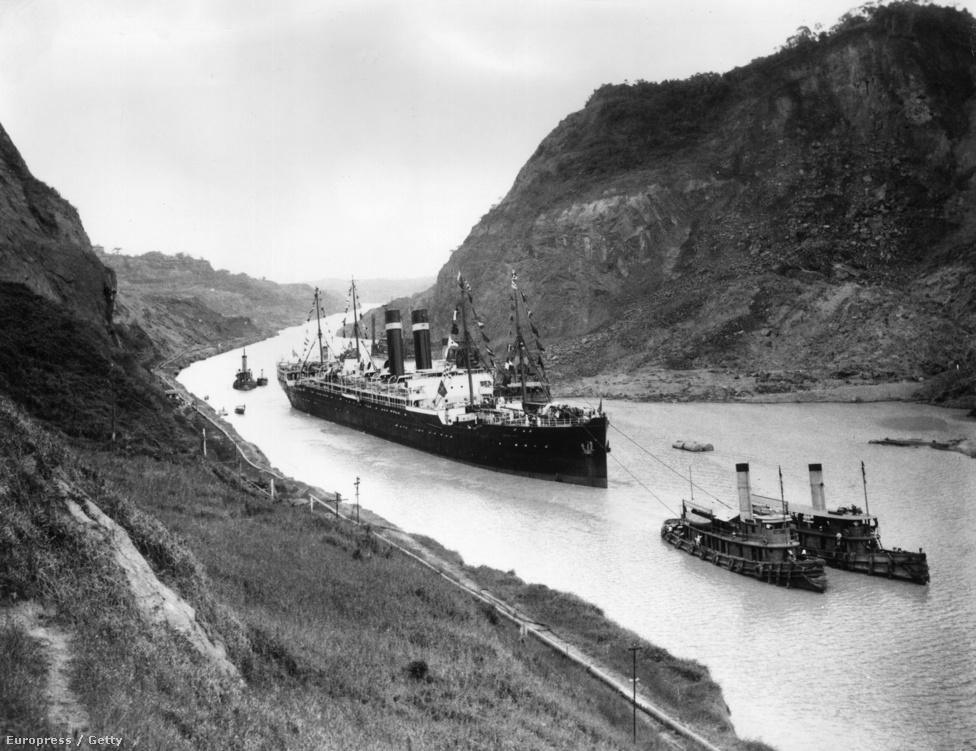 A USS Kroonland épp áthalad a Cucaracha hasadékon. A Kroonland menetrendszerint közlekedett San Francisco és New York között, aztán az első világháborúban a német tengeralattjárók ellen is bevetették. Egyszer közvetlen torpedótalálatot kapott, de a torpedó nem robbant fel, így az ütközés csak minimális sérüléseket okozott. A Panama-csatorna amúgy 14 500 kilométerrel rövidítette le az Atlanti-óceánról induló, de az USA Csendes-óceáni partvidékére igyekvő hajókat.