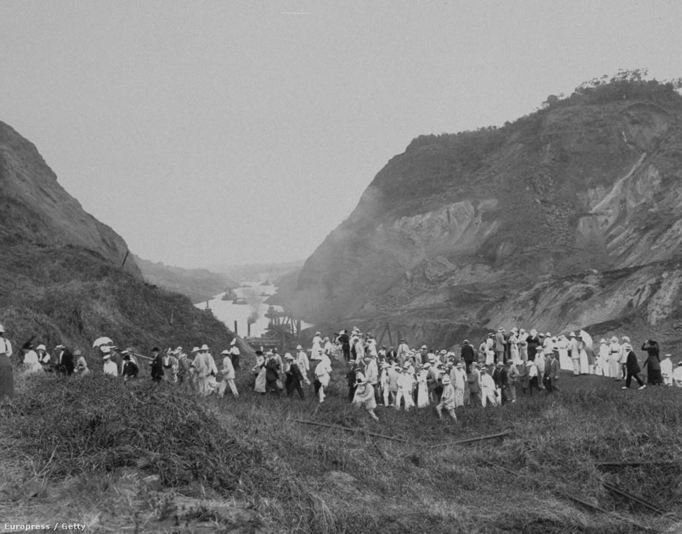 Kirándulócsoport bámészkodik a Culebra kivágásnál 1914. február 21-én. Volt mit nézni, a munkálatok során a kontinentális vízválasztó hegységbe kellett akkora árkot vájni szinte folyamatos esőzések, és emiatt állandóan megcsúszó talajrétegek között. A csatorna építése közben 17 különböző geológiai formációt kellett átvágni, ennek nagy része a Culebrában volt.
