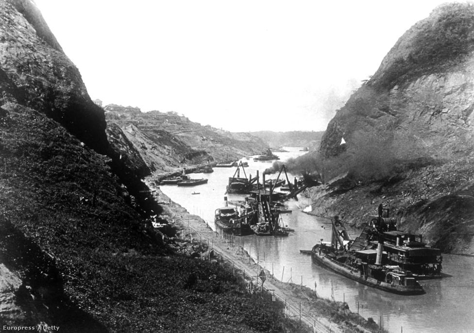 A csatorna két vége 1913. október 13-án ért össze, amikor Woodrow Wilson amerikai elnök Washingtonban megadta a jelet a Gamboa-gát felrobbantására. A hiedelmekkel ellentétben a két óceán vize csak elméletileg keveredik egymással, valójában azonban a Gatun édesvizű tó, így a zsilipek egyik fontos szerepe a sós víz beáramlásának megakadályozása. Már csak azért is, mert természetvédelmi területről, illetve Panama egyik fő ivóvízbázisáról van szó.