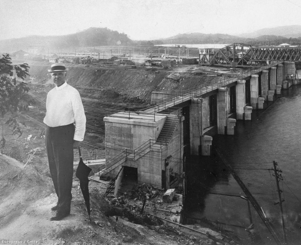 George W. Goethals, a csatorna építésének irányításával és felügyeletével megbízott vezető vizsgálka a Miraflores-zsilip kapuinak építési munkálatait 1912-ben. Goethals hadmérnök ezredesként szolgált, egészen pontosan nulla gyakorlata volt az ehhez hasonló csatornaépítési és vízszabályozási munkálatokban. Mégis ő volt az, aki nagyot lendített az építkezésen például azzal, hogy élhető körülményeket teremtett a csatorna építésén dolgozó embereknek (ez a csúcsidőszakban akár 40-50 ezer embert is jelentett).