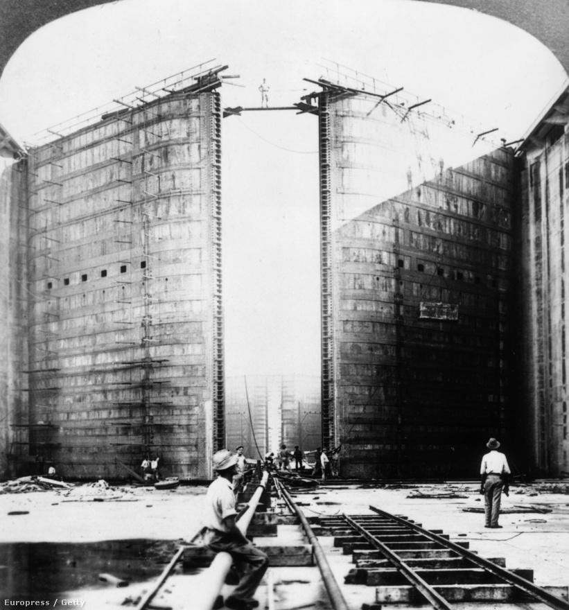 Munkások a Gatun-zsilip építésénél, 1910 körül. A zsilipkapuk acélból készültek, 2 méter vastagok, 20 méter magasak és 19,5 méter szélesek. A zsilipkamrák betonjához a Culebra bevágásból kinyert sziklákat használták fel, csak a Gatun-zsilip felépítéséhez másfél millió köbméter betont használtak fel az építők.                         Az eredeti tervek szerint a zsilipkamrák szélessége 28,5 méter lett volna. Az amerikai haditengerészet 1908-ban szerette volna ezt legalább 36 méterre növelni, hogy a flotta legnagyobb hadihajói is biztosan átférjenek. A felek végül 33,53 méterben egyeztek meg, aminek akkor van értelme, ha tudjuk, hogy pont 110 lábról beszélünk.