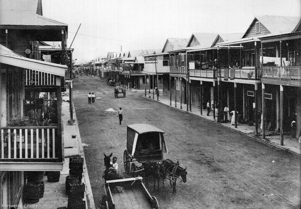 A munkásoknak felhúzott város főutcája 1911-ben. Az amerikaiak ugyan folytatták a franciák toborzáspolitikáját abból a szempontból, hogy elhallgatták, mekkora is a halandóság a munkások körében, de a fizetések jóval magasabbak voltak, mint amit az USA-ban hasonló munkakörökben meg lehetett keresni. A gőzexkavátorok vezetői pélául 300 dollárt kaptak, a hivatalnokok 150-et, a nővérek 60-at, de a sima melósok sem kerestek rosszul, hiszen az átlagfizetés 150 dollár körül volt.