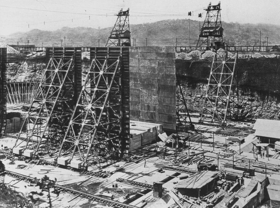 Az Atlani-óceánt a Gatun-tótól elválasztó, hatalmas zsilipkapuk építése 1910-ben. A Gatun-tavat a Chagres nevű folyó felduzzasztásával alakították ki, a 425 négyzetkilométeres tó korának legnagyobb mesterséges tava volt. A tó amúgy 26 méterrel van a Csendes-óceán vízszintje felett, és azért volt rá szükség, hogy a csatornát valójában ne kelljen valódi földmunkával kialakítani, inkább legyen egy tó, aminek a két pontját csatornákkal kötik össze a Csendes- és az Atlanti-ócánnal.