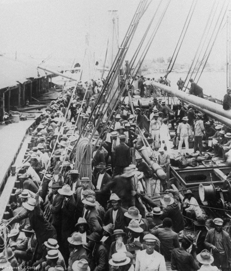Az amerikaiak 1904-ben vették át a projektet, 30 millió dollárt fizettek a franciáknak (akik féltek, hogy az amerikaiak építenek egy saját csatornát Nicaraguán keresztül, így a Panama-csatorna sosem térült volna meg), 10 milliót és évente 250 ezer dollárt pedig Panamának. A franciák (akkori áron) nagyjából 250 millió dollárt költöttek el a csatorna munkálataira, de 1894-től, a második projektcég indulásától kezdve tulajdonképpen takarékon üzemeltek. 109 millió dollárért akartak túladni az addig kiásott csatornán és a munkálatok segítésére alapított vasúttársaságon, de ez majdnem 10 éven át nem sikerült. A képen az SS Ancon nevű hajó fedélzetén utazó, barbadosi munkások láthatók.