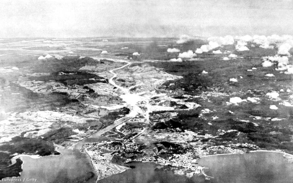 A csatorna egy 1928-as légi felvételen. Az emberek általában egy sima kelet-nyugati átjáróként, a térképen vízszintes vonalként ábrázolható csíkként képzelik el a csatornát, pedig valójában észak-déli, egész pontosan északnyugati-délkeleti átjáróról van szó. Ennek, illetve a panamai földszoros S betűhöz hasonló alakja miatt tűnik úgy, hogy a nap a csatorna Csendes-óceán felőli oldalán kel fel, és az Atlanti-óceán felé nyugszik le.