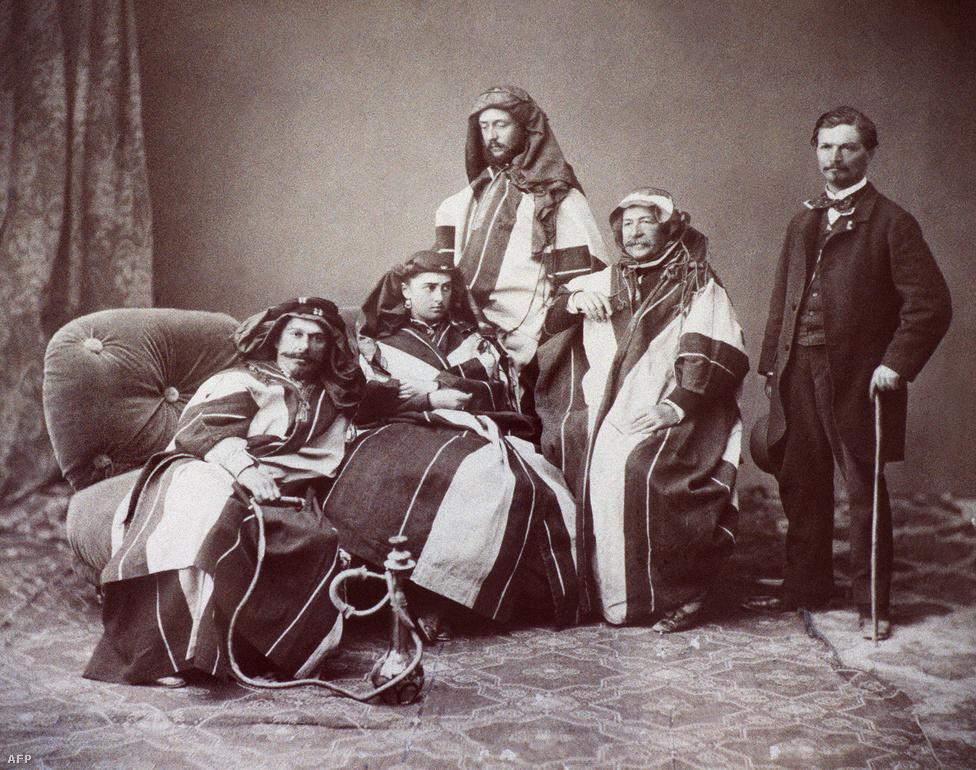 Ferdinand de Lesseps francia diplomata és vállalkozó egy 1875-üs fényképen. De Lesseps komoly részt vállalt a Szuezi-csatorna építési munkálatainak megszervezéséből, egy darabig úgy volt, hogy a csatornát róla nevezik el. 1880-ban vágott bele a Panama-csatorna projektjébe, azonban ez az első kísérlet csúfos, tragikus kudarcba fulladt. Nemcsak gazdasági szempontból nézve: a munkások hatalmas része halt bele a mindennaposnak számító munkabalesetek mellett a panamai dzsungelben tomboló trópusi betegségekbe.