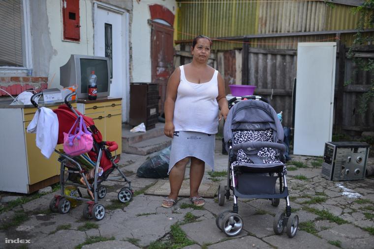 A kilakoltatott anyuka lezárt lakása előtt. Most attól tart, hogy a gyámügy elviheti a gyerekit.