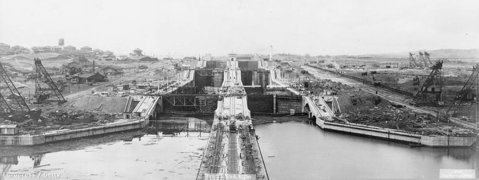 A huszadik század elejének egyik legnagyobb mérnöki teljesítménye, a Panama-csatorna Atlanti-óceán felőli oldalának zsiliprendszere. A csatorna egyébként sokak szerint a világ hét modern csodáinak egyike.