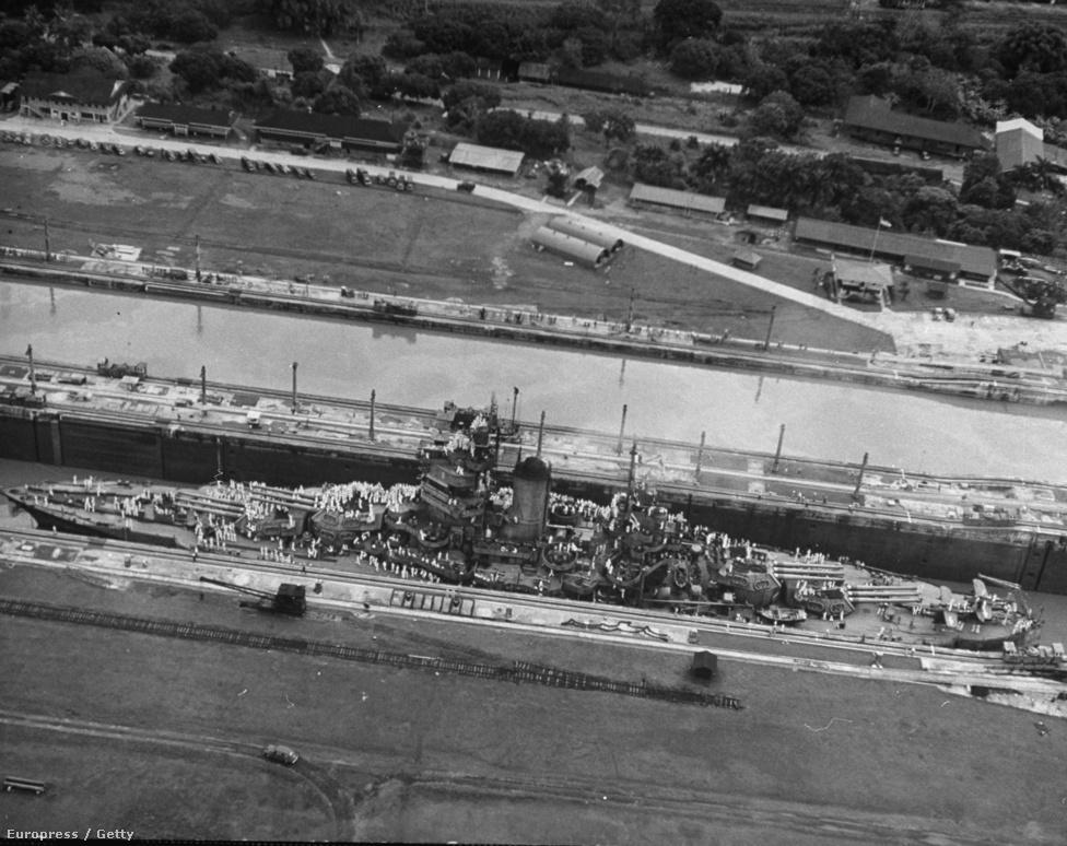 Amerikai hadihajó halad át a Panama-csatornán. Az Iowa osztályú hadihajók voltak a legnagyobbak, amik még átfértek a csatornán, de ezek is éppen hogy: oldalanként alig 15 centiméternyi hely maradt a hajó és a zsilipek oldalfala között.